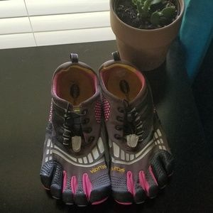 Vibram Size EU41 US9 Black and Pink Athletic Shoes